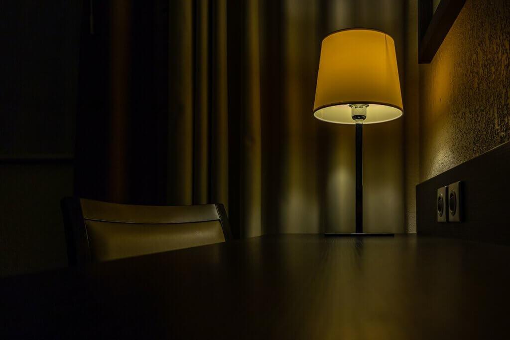 מיקום התאורה משפיע על האווירה השוררת בחדר